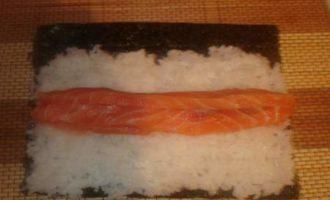 Суши-маки с лососем и авокадо
