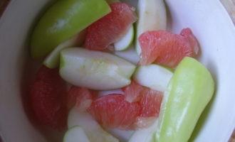 Тушенная курица с фруктами.
