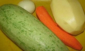 Котлеты из мясного фарша и овощной смеси.