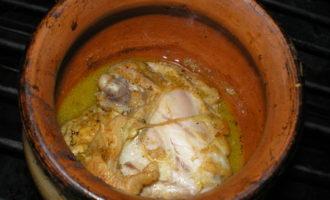 Куриные бедрышки в горшочке под сырным соусом