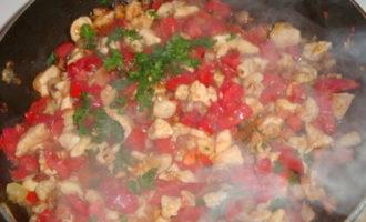 Баклажаны с курицей, салом и помидорами.