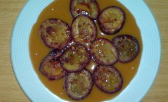 Запечённые сливы в карамельном соусе