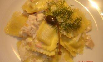 Паста: равиоли с рикоттой в соусе с курочкой и крабами