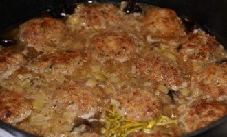 Мясо-овощные тефтели с фасолью и черносливом