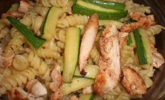 Салат girandole с куриным филе и цукини.