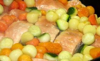 """Филе горбуши с пёстрыми овощными """"жемчужинами"""" и креветками"""
