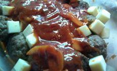 Паста с тефтелями в томатном соусе с моцареллой и ещё двумя сырами.