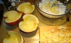 Яблоки, фаршированные творогом, с клюквенным сиропом