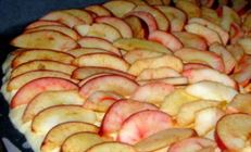 Лепешка с яблоками и сыром.