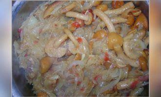 Мясо с черносливом опятами луком в сливочном соусе