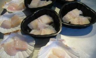 Рыба с морским коктейлем, запеченная под соусом бешамель
