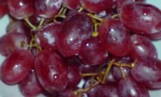 Запечённый козий сыр на багете с салатом и виноградом