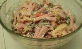 Салат с фасолью, ветчиной и оливками