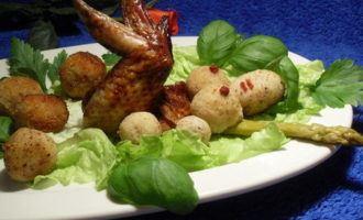 Крылышки с картофельно-миндальными шариками