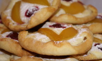 Творожное пирожное (печенье) с фруктами
