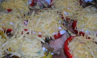 Филе индейки запеченное с ветчиной и грибами в йогуртовой заправке и перцовом кольце)))