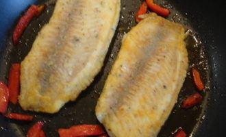 """Филе рыбы под вкусным соусом """"пепер майоро"""" с овощным гарниром."""