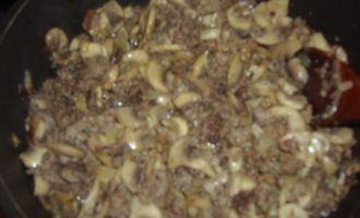 Паста с мясным фаршем и грибами в сметанном соусе