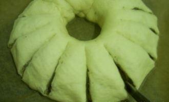 Рулет из дрожжевого теста с ореховой начинкой