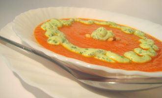 Томатный суп-пюре с кедровыми орехами и зеленым соусом.