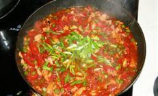 Спагетти с семгой в остром томатном соусе.