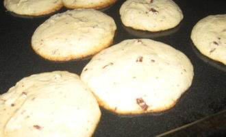 Chocolate chip cookies (thin, chewy & puffy)