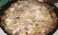 Картофельный хворост с опятами в сметане