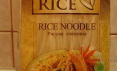 Рисовая лапша с мясом, овощами и орехами