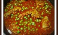Курица в томатном соке с зеленым горошком.