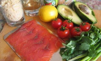 Салат с кус-кусом,авокадо и красной рыбой.
