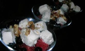 """Летний десерт """"искушение"""" с арбузом, черной смородиной и мороженым"""