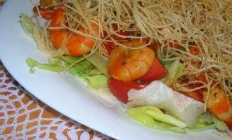 Вьетнамский салат (почти) с креветками и рисовой вермишелью