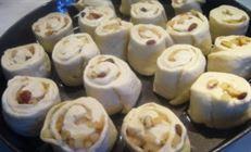 Булочки-улитки с яблоками, изюмом и орехами