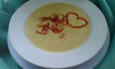 Суп-пюре из брокколи и зелёного горошка с жареным острым красным перцем