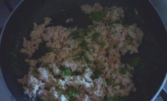 Кальмары, фаршированные креветками, с брусничным соусом