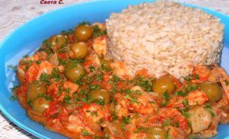 Рыба с овощами и оливками с рисом на гарнир