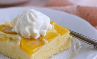 Пирог йогуртовый с персиками.