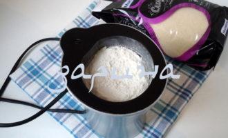 Песочное пирожное с маком и изюмом