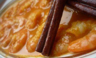 Креветки в морковном соусе с корицей