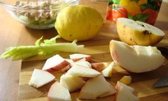 Салат с курицей,сельдереем и яблоком.