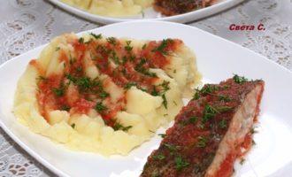 Камбала, запеченная в соевом томатно - луковом соусе с картофельным пюре на гарнир