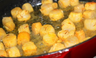 Гребешки с шафраном, овощами и мятным соусом.