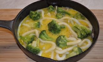Frittata (фриттата) с кальмарами и брокколи в чугунной сковороде