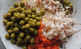 Салат из кальмаров в тарталетках.