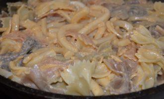 Паста фарфалле с кальмарами в сметанном соусе.