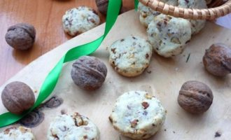 Сахарное печенье с грецким орехом