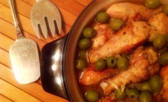 Финикийское жаркое (жаркое из куриных голеней в соусе с оливками)