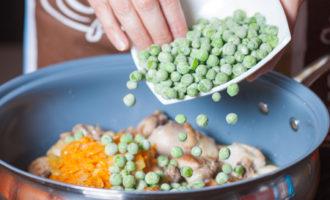 Гуляш из курицы в сливочном соусе с зеленым горошком