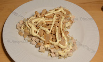 Слоеный салат с курицей, помидорами, грибами и сыром