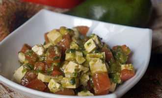 Салат из свежих помидоров и авокадо